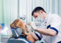 Stomatolog podczas pracy
